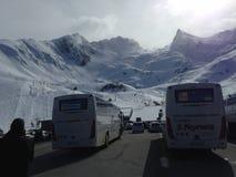 Kedjan av Pyreneansna som täckas med snö royaltyfria bilder