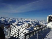 Kedjan av Pyreneansna som täckas med snö royaltyfria foton