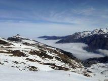 Kedjan av Pyreneansna som täckas med snö Arkivbilder