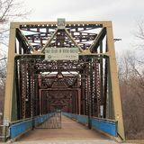 Kedjan av vaggar bron över Mississippiet River Arkivfoto