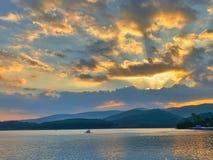 kedjan r?knar yttersida USA f?r solnedg?ngen f?r skyen f?r fotografi f?r horisontalillinois lakelakes ljus o orange fotografering för bildbyråer