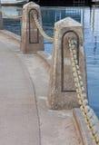 Kedje- och cementbarriär Arkivfoto