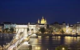 Kedjebro som leder till plågasidan med Basilika i avståndet i Budapest royaltyfri fotografi