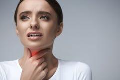 Keelpijn Zieke Vrouw die Keelpijn, Pijnlijk Gevoel hebben stock foto