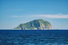 Keelungs-Meerblick - berühmte Keelungs-kleine Insel mit blauem hellem Himmel des Morgens, Schuss von Daping Küsten in Zhongzheng- lizenzfreies stockfoto
