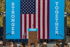 Keene, Нью-Гэмпшир - 17-ое октября 2016: Бывший u S Президент Билл Клинтон говорит именем его жены демократичного президентского  Стоковые Изображения