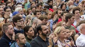Keene New Hampshire - OKTOBER 17, 2016: Folkmassan håller ögonen på gamla U S Presidenten Bill Clinton talar på vägnar av hans de Arkivfoto