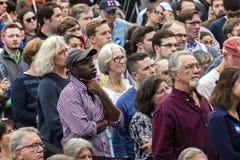 Keene New Hampshire - OKTOBER 17, 2016: Folkmassan håller ögonen på gamla U S Presidenten Bill Clinton talar på vägnar av hans de Royaltyfria Foton