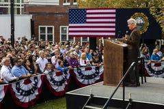 Keene New Hampshire - OKTOBER 17, 2016: Gamla U S Presidenten Bill Clinton talar på vägnar av hans fru demokratiskt presidents- n royaltyfri fotografi