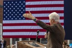 Keene New Hampshire - OKTOBER 17, 2016: Gamla U S Presidenten Bill Clinton talar på vägnar av hans fru demokratiskt presidents- n Arkivbild