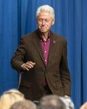Keene New Hampshire - OKTOBER 17, 2016: Gamla U S Presidenten Bill Clinton talar på vägnar av hans fru demokratiskt presidents- n Royaltyfria Bilder
