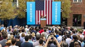 Keene New Hampshire - OKTOBER 17, 2016: Gamla U S Presidenten Bill Clinton talar på vägnar av hans fru demokratiskt presidents- n Arkivfoton