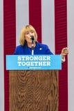 Keene New Hampshire - OKTOBER 17, 2016: NH Gov , Talar senatkandidaten Maggie Hassan på vägnar av hans demokratiska president för arkivfoton