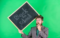 Keep Arbeiten Lehrer mit dem schlampigen Haar stressig über Schuljahranfang Unterrichtende stressige Besetzung lehrer stockfoto