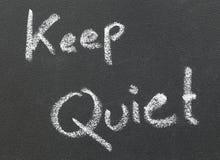 Keep Quiet scritto in un bordo nero immagini stock libere da diritti