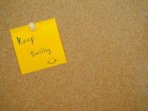 Keep souriant dans la note de courrier Photographie stock libre de droits