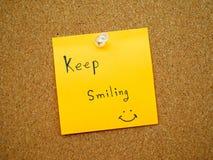 Keep souriant dans la note de courrier Photographie stock