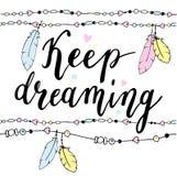 Keep Typografieplakat träumend in boho Art mit Federn und Perlen Lizenzfreie Stockbilder