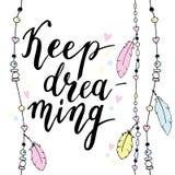 Keep Typografieplakat träumend in boho Art mit Federn und Perlen Lizenzfreies Stockfoto