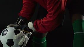 Keeper die in handschoenen reactie, klaar om bal, professionele sporten te vangen opleiden stock video