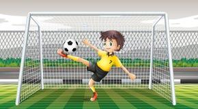 Keeper het schoppen voetbalbal Stock Foto's