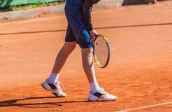 Keer een tennis terug dienen Royalty-vrije Stock Foto's