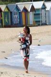 2 keer Grand Slam-Kampioen Naomi Osaka van het stellen van Japan met Australian Opentrofee in Brighton Beach in Melbourne royalty-vrije stock afbeelding
