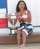 2 keer Grand Slam-Kampioen Naomi Osaka van het stellen van Japan met Australian Opentrofee in Brighton Beach in Melbourne stock foto
