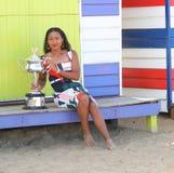 2 keer Grand Slam-Kampioen Naomi Osaka van het stellen van Japan met Australian Opentrofee in Brighton Beach in Melbourne stock fotografie