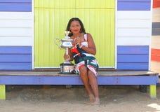 2 keer Grand Slam-Kampioen Naomi Osaka van het stellen van Japan met Australian Opentrofee in Brighton Beach in Melbourne stock foto's