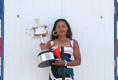 2 keer Grand Slam-Kampioen Naomi Osaka van het stellen van Japan met Australian Opentrofee in Brighton Beach in Melbourne royalty-vrije stock afbeeldingen