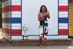 2 keer Grand Slam-Kampioen Naomi Osaka van het stellen van Japan met Australian Opentrofee in Brighton Beach in Melbourne royalty-vrije stock foto