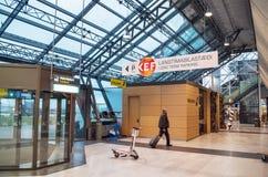 KEFLAVIK, ИСЛАНДИЯ - 15-ое марта 2015: Мужской пассажир входя в международный аэропорт Keflavik Стоковые Фотографии RF