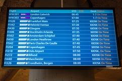 KEFLAVIK, ISLÂNDIA - 15 de março de 2015: Tela da placa da partida do aeroporto no aeroporto internacional de Keflavik fotos de stock royalty free