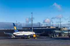 KEFLAVIK, ISLAND - 15. März 2015: Icelandair Boeing B757 am frühen Morgen, geparkt an internationalem Flughafen Keflavik lizenzfreies stockbild