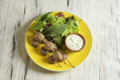 Keftedes, polpette greche del vitello è servito con la salsa di tzatziki fotografie stock libere da diritti