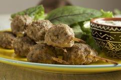 Keftedes, polpette greche del vitello è servito con la salsa di tzatziki fotografia stock