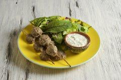 Keftedes, polpette greche del vitello è servito con la salsa di tzatziki immagini stock