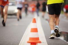 Kegel auf Straße zwischen laufenden Leuten Lizenzfreies Stockbild