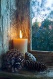 Kegel der brennenden Kerze und der Kiefer Lizenzfreie Stockfotos