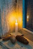 Kegel der brennenden Kerze und der Kiefer Lizenzfreies Stockfoto