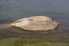 Kegel des Geysirs auf einem Seeufer Lizenzfreies Stockfoto