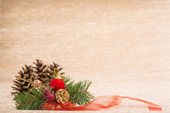 Kegel en sparrendecor met lint op verlichte achtergrond stock fotografie