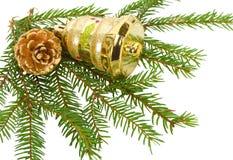 Kegel und Glocke auf Tannenbaumzweigen Stockfotografie