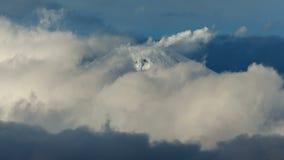 Kegel van actieve Avacha-Vulkaan op het Schiereiland van Kamchatka, fumarolenactiviteit van vulkaan stock video