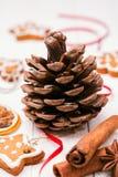 Kegel-, Weihnachtsplätzchen und Gewürze für Feiertagsdekorationen Stockbilder