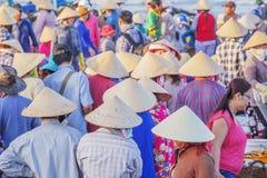 Kegelhoed van Vietnamese vrouw bij Lange Hai-vissenmarkt Royalty-vrije Stock Afbeeldingen