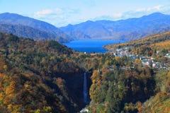 Kegon秋天和湖Chuzenji在日光,日本。 免版税库存图片