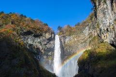 Kegon vattenfall i höst med regnbågen arkivfoto