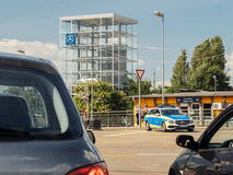 KEHL TYSKLAND - JULI 14, 2017: Svartvitt foto av den tyska polisen i Mercedes vagnbil Arkivfoto